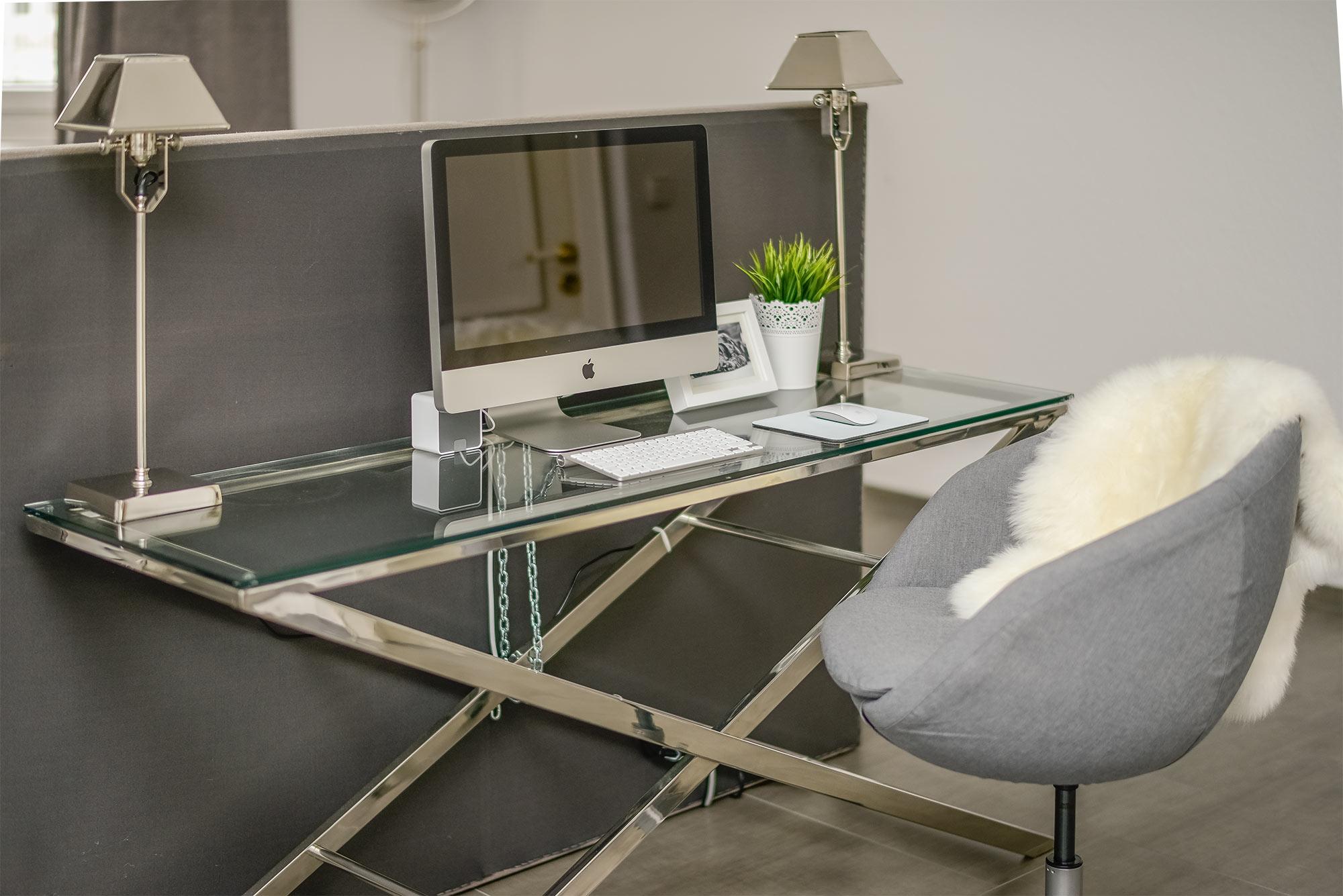 Schreibtisch mit Apple iMac